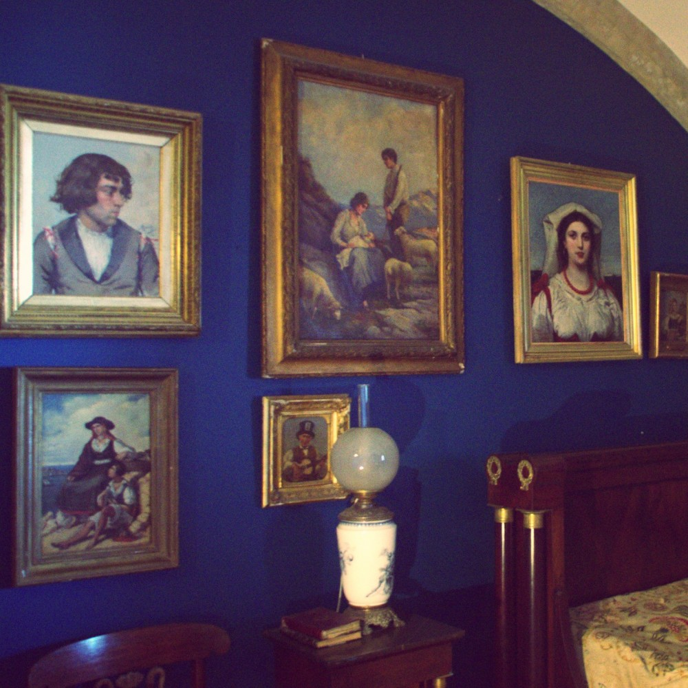 Bedroom full of paintings in Palácio da Pena ©MLVB
