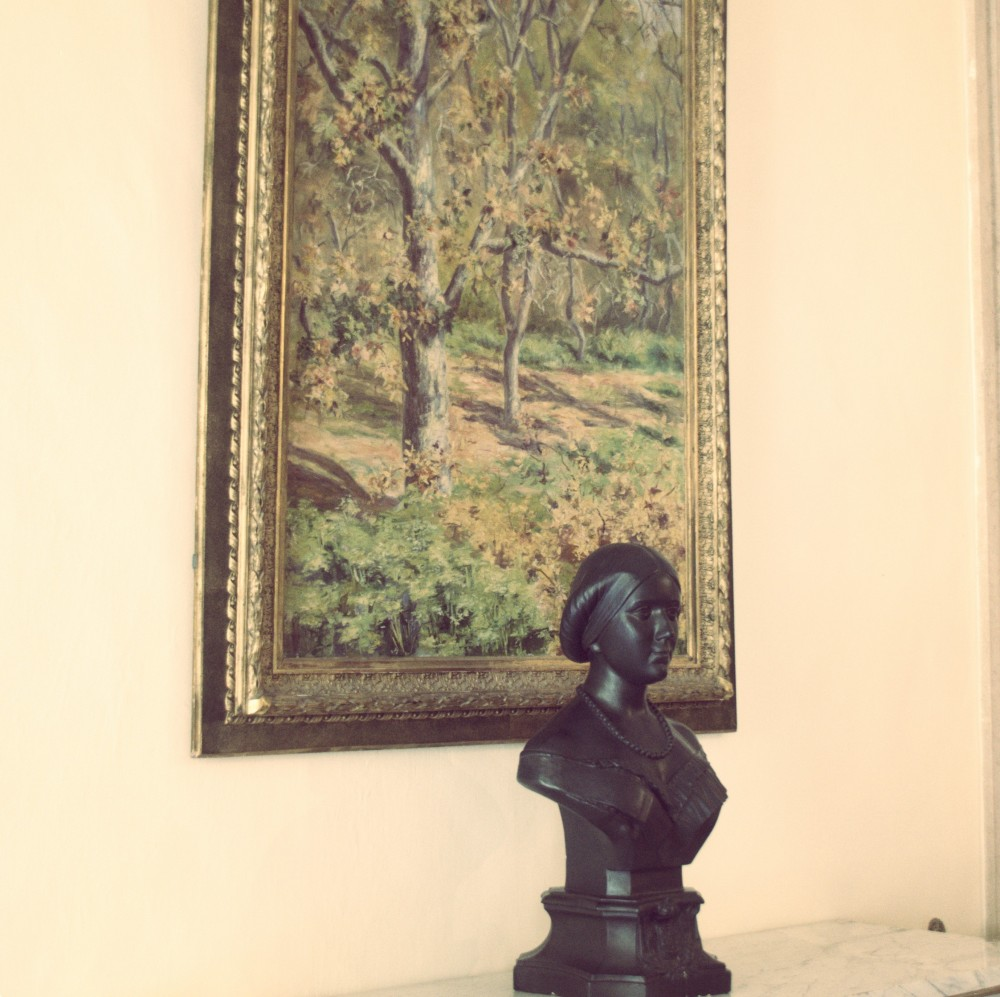 Statue of a girl in the small reading room, Palácio de Mafra ©MLVB