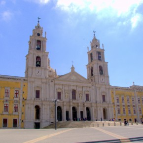The entrance of the cathedral of Palácio de Mafra ©MLVB